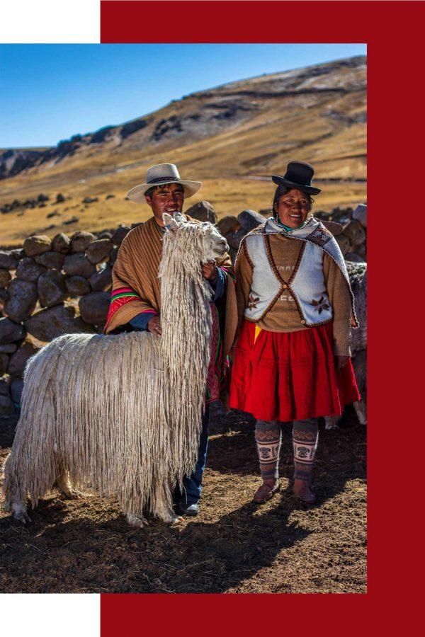 couple péruvien accompagné d'un alpaca