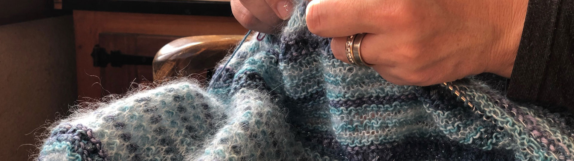 main qui tricotent